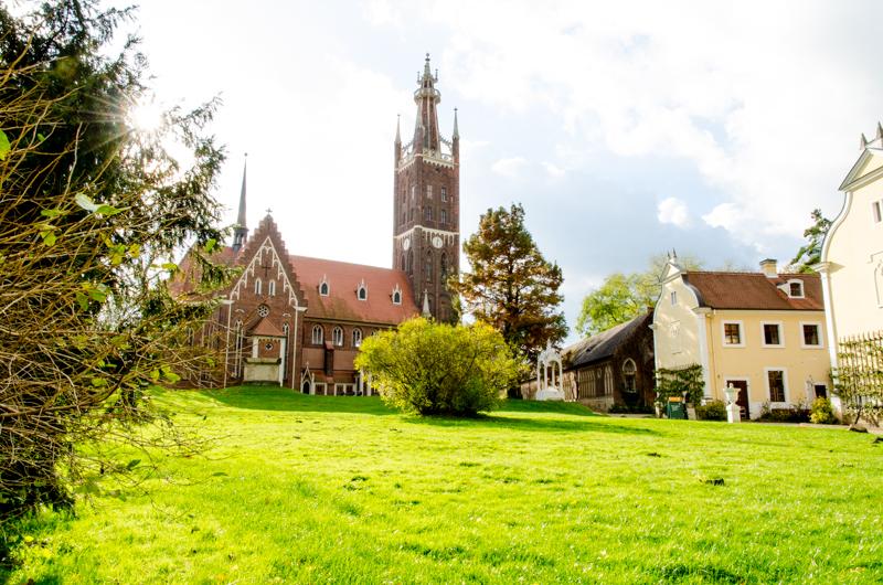 Fürst Franz ließ diese Kirche von 1804-1809 im neugotischen Stil umbauen. Durch seine Bildungsreisen durch Europa nahm er viele neue Eindrücke auf, die er in diesem Bauvorhaben verwirklichte. Dies zeigt die Offenheit des Regenten für neue Dinge und Einflüsse.