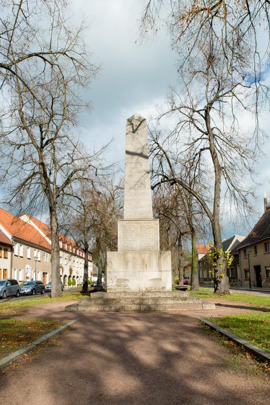 Der Obelisk wurde von der Jüdin Baron Julie von Cohn-Oppenheim gestiftet, um an alle Einwohner von Wörlitz zu erinnern, die im deutsch-französischem Krieg (1870-1871), im 1. Weltkrieg (1914-1918) und im 2. Weltkrieg (1939-1945) gefallen sind. Unserer Meinung nach ist es wichtig zu bemerken, dass die Stifterin des Obelisken nicht genannt wird.