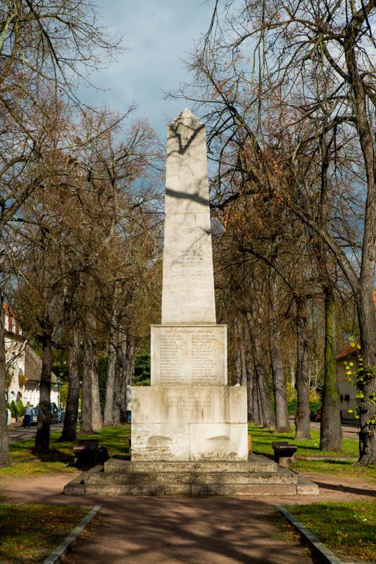 Der Obelisk wurde von der Jüdin Baron Julie von Cohn-Oppenheim gestiftet, um an alle Einwohner von Wörlitz zu erinnern, die im deutsch-französischem Krieg (1870-1871), im 1. Weltkrieg (1914-1918) und im 2. Weltkrieg (1939-1945) gefallen sind. Unserer Meinung nach ist es wichtig zu bemerken, dass die Stifterin des Obelisken nicht genannt wird.Wohnhaus der Familie Cohn (Markt 92a)