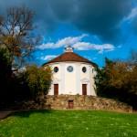 Diese Synagoge hat Fürst Franz für die jüdische Gemeinde nach römischem Vorbild bauen lassen, 1790 eingeweiht. Nach dem Brandanschlag (09. November 1938) wurde die Synagoge bis 2003 restauriert und im September 2005 wiedereröffnet, obwohl keine jüdische Gemeinde mehr in Wörlitz existierte.