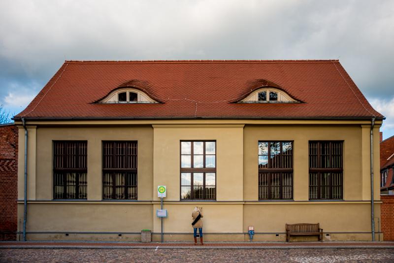 """Die Turnhalle wurde 1915 erbaut. Die finanziellen Mittel stellte der jüdische Einwohner Martin Weinstein zur Verfügung.Wahlergebnisse 1924-1933: Bei der ersten Reichstagswahl im Jahr 1932 gingen  607 der 1200 Stimmen an die NSDAP. Die Wahlen wurden in der ehemaligen Gaststätte """" Deutsches Haus"""" in der Straße """" Neue Reihe 190"""" durchgeführt."""