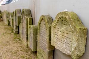 """Die Übersetzung eines Grabsteines lautet: """"Hier ist begraben. Die Frau Schewa, die Frau des ehrwürdigen Herrn Moses. Sohn des Herrn Israel. Sie beschritt den rechten Weg und starb."""""""